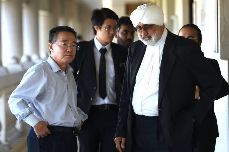 北韓外交部今日在官媒《朝鮮中央通訊社》發表聲明表示,馬來西亞政府週三(17日)以涉嫌洗錢為由,將1名無辜的北韓公民列為罪犯而引渡至美國,因此北韓決定斷絕與馬來西亞的外交關係,美國也將付出相應的代價。圖為北韓大使館顧問金裕松(音譯)與文哲明律師(圖右)。(法新社)