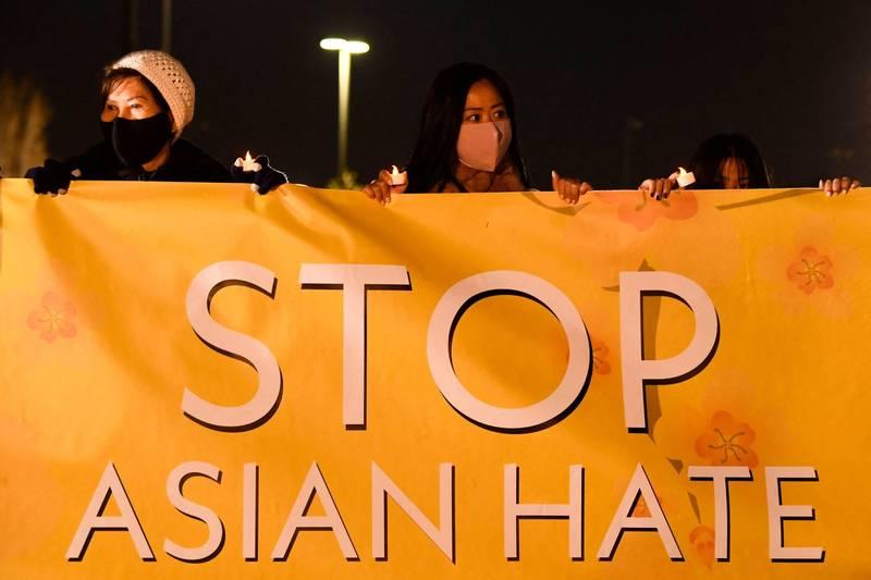3月4日,美國加州一個亞裔社區於芳泉谷運動公園(Fountain Valley Sports Park),發起Stop Asian Hate活動(停止仇視亞洲人)。(法新社)