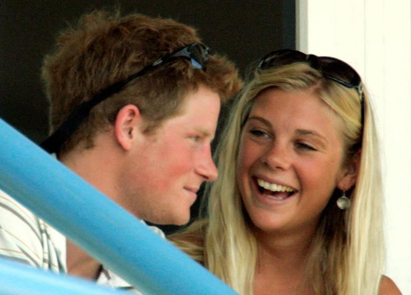 哈利的前女友戴維(見圖右)在威廉王子與凱特(Catherin)婚禮結束後不久,決定與哈利分手,就是因為已預見在王室生活的艱辛。(美聯社)