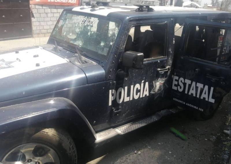 墨西哥一警察車隊18日行經城鎮科特佩克哈里納斯(Coatepec Harinas)時,遭犯罪集團開槍襲擊,警車被射成蜂窩。(翻攝自推特)