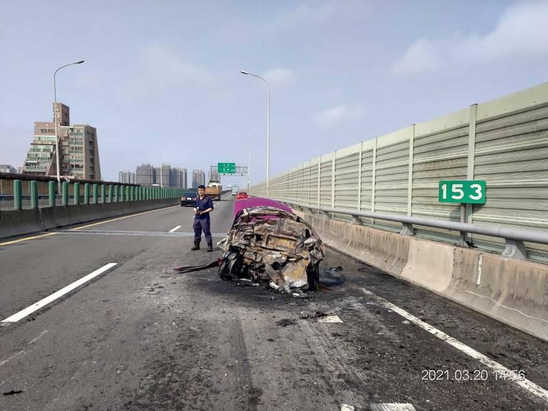 西濱火燒車意外,轎車燒成廢鐵。(民眾提供)