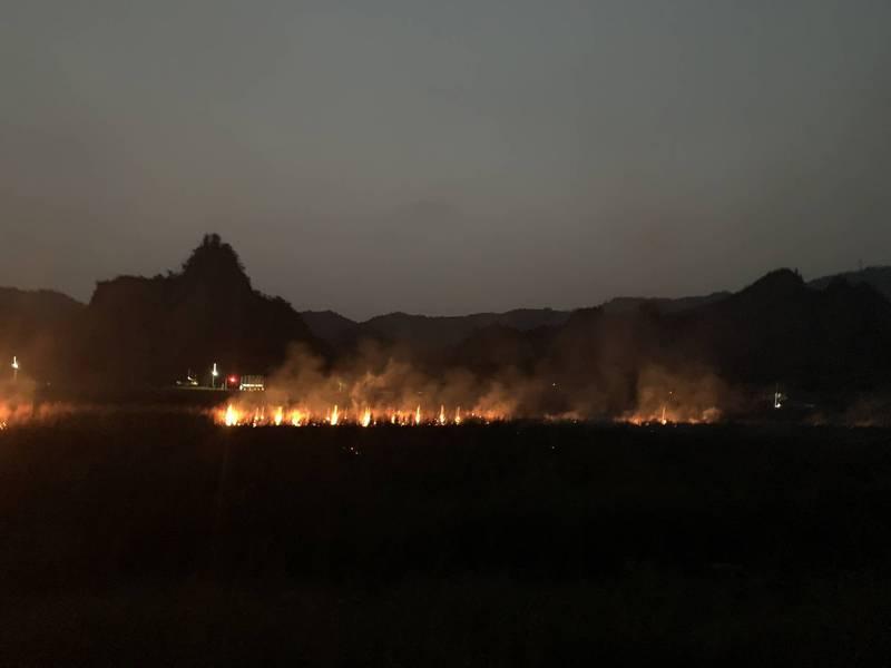 高雄六龜地區的荖濃溪河床下午發生大火,火勢晚間延燒至十八羅漢山第一隧道口對岸的河床。(民眾提供)