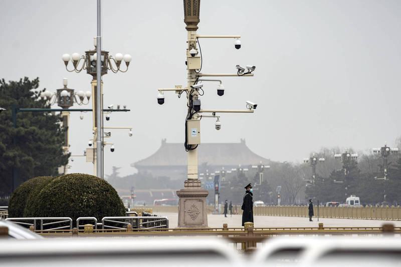 「智慧城市」技術在中國多個城市廣泛使用,圖為北京天安門廣場外圍設置大量監視攝影機的畫面。(彭博)