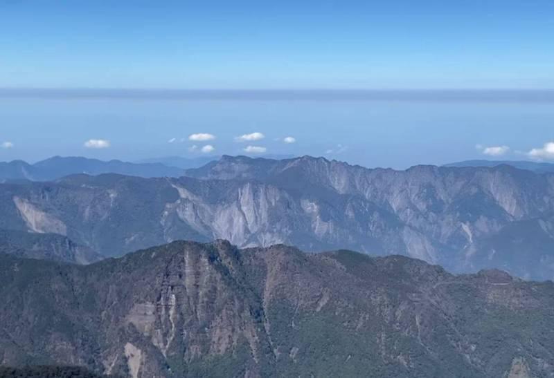 鄭明典在臉書上傳一段影片,畫面中有一條很明顯的灰黑色氣流,他說,這道氣流是高空的霾,所在高度是直升機飛行高度約3657公尺以上。(擷取自鄭明典臉書)