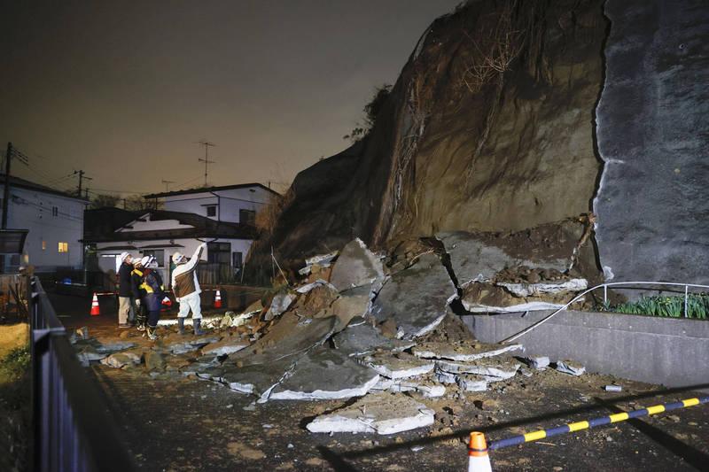強震造成宮城縣鹽釜市一處坡面坍塌。(美聯社)