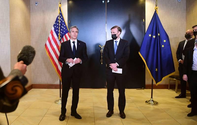 白宮國安顧問蘇利文(Jake Sullivan,圖右)與美國國務卿布林肯(Antony Blinken,圖左)在飯店接受媒體訪問。(法新社)