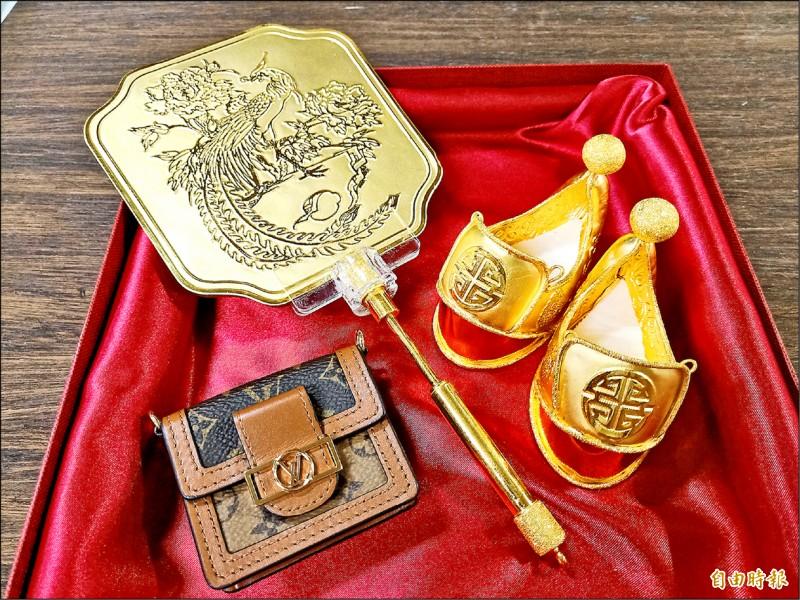 台南開基天后祖廟有400年歷史的萬曆媽出巡遶境添新行頭,包括金履鞋、金扇和LV包。(記者王姝琇攝)