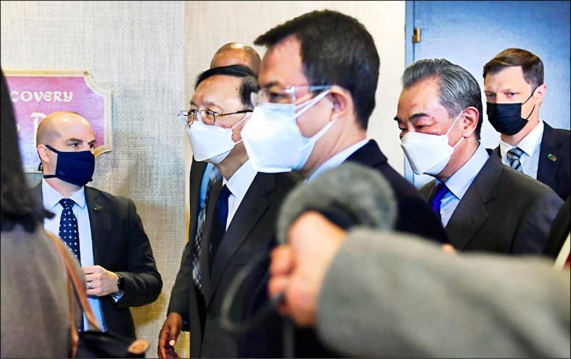 美中高層會談十九日落幕,中國外長王毅與中共中央外委會辦公室主任楊潔篪直接離開飯店,未對記者發言。(法新社)