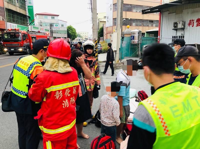 和美鎮1棟透天厝今天清晨驚傳火災,現場救出7名受困的大人、小孩,全數送醫治療。 (記者湯世名翻攝)