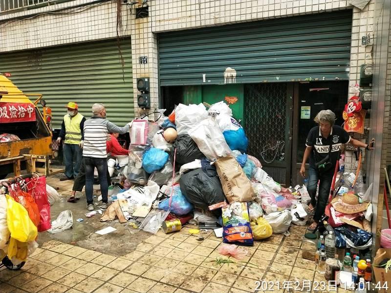 環保局2月23日派員清理林婦的住處。(圖由環保局提供)