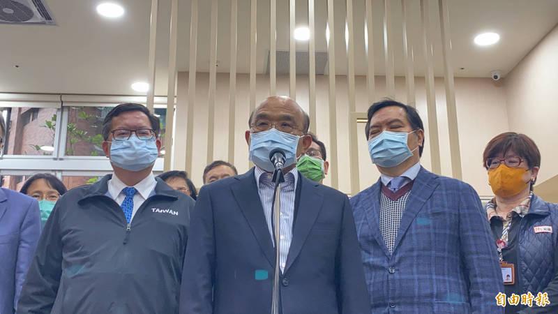 有關AZ疫苗施打相關問題,行政院長蘇貞昌(中)再三強調,「都聽指揮中心專家的評量。」(記者魏瑾筠攝)