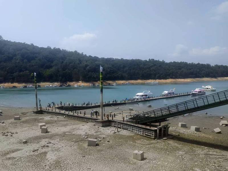 日月潭水位「節節敗退」,伊達邵碼頭只剩一處浮排可供遊客上下船。(記者劉濱銓翻攝)