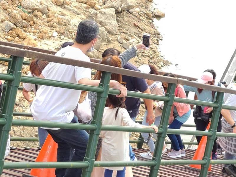 日月潭水位過低,浮排引橋變成超陡斜坡,遊客通過務必小心。(圖擷取自臉書爆廢1公社)