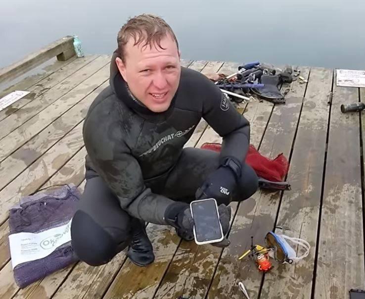 加拿大潛水員賀根伯(見圖)3月初在哈里森湖潛水時撿到這支iPhone,稍微整理後接上電源竟然能正常使用,最後物歸原主。(圖擷取自YouTube頻道Aquatic Monkey)