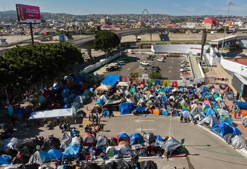 2位匿名美方消息人士近期向《路透》透露,美國政府將與非營利組織合作,將部分抵達美國的移民家庭安置到旅館內,圖為美墨邊界移民。(法新社)