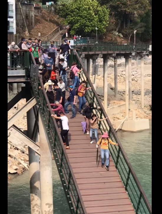 日月潭水位過低,浮排引橋過陡,年長者需人攙扶才能通過。(圖擷取自臉書爆廢1公社)