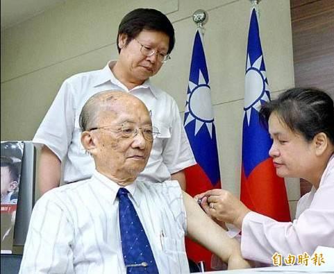 2011年10月85歲的台大內科名譽教授謝維銓(前左)公開接種流感疫苗,呼籲民眾接種預防感染;後為時任衛生署疾管局長張峰義。(資料照)