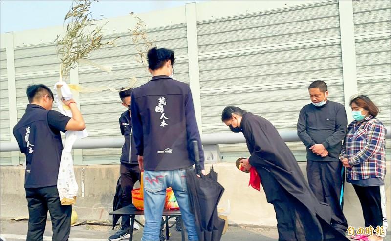 西濱車禍共造成根家3人死亡,家屬昨前往車禍地點招魂。 (記者歐素美攝)