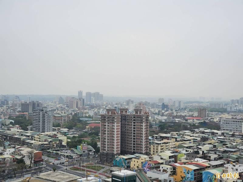 高市空品受境外污染影響,12座測站均呈現橘色提醒。(記者陳文嬋攝)