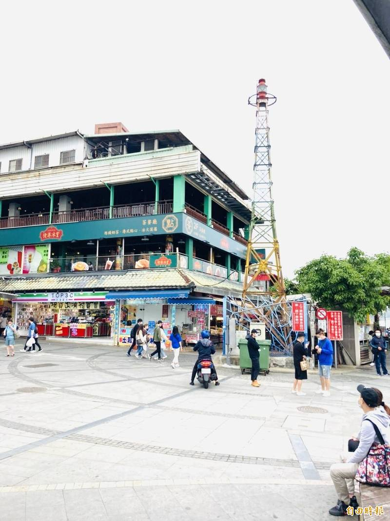 鐵塔型式的燈杆佇立在淡水渡船頭廣場,已有約108年歷史。(記者陳心瑜攝)