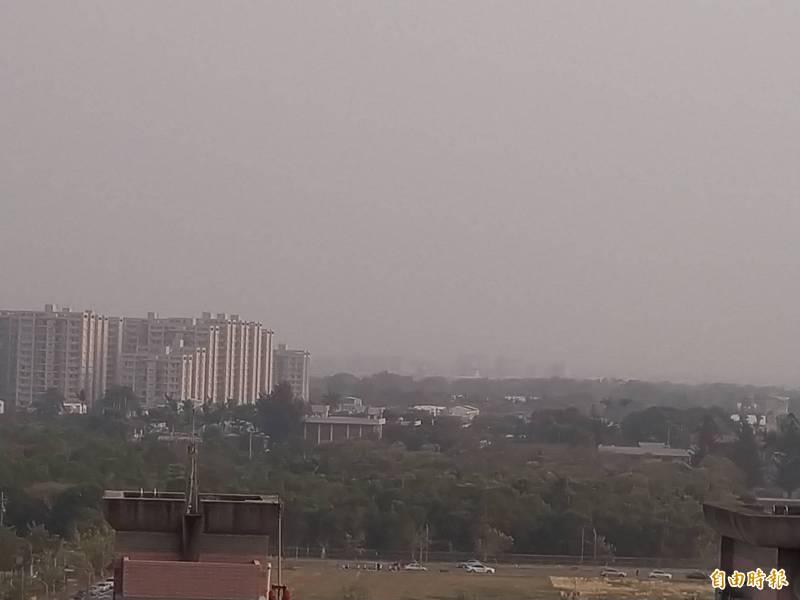 台南市21日下午4點多的天空,霧茫茫一片。(記者蔡文居攝)