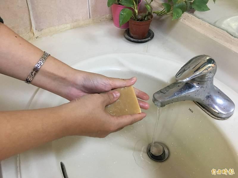 預防病毒性腸胃炎雲林縣衛生局提醒用肥皂加清水洗手才有效果。(記者黃淑莉攝)