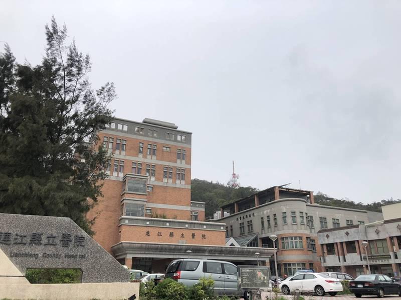 今天11點10分,立榮航空班機降落南竿鄉機場,才讓AZ COVID 19疫苗順利送抵離島馬祖,成為全國最後一個收到AZ COVID 19疫苗的縣市,連江縣衛生福利局將於近日安排有意願接種的醫護到連江縣立醫院接種。(記者俞肇福翻攝)
