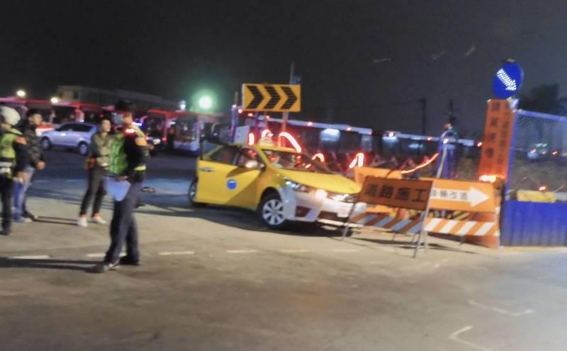 王嫌慌亂中撞進捷運工地,後棄車逃離。(記者徐聖倫翻攝)