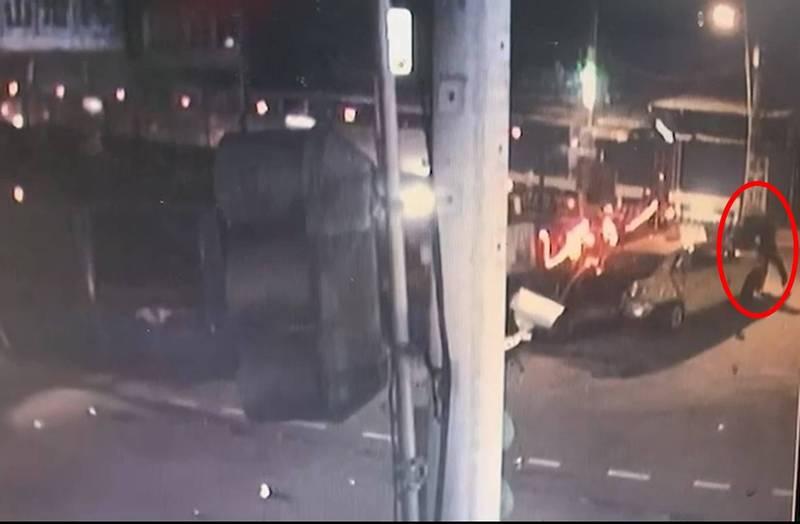 監視器拍下王嫌棄車逃跑。(記者徐聖倫翻攝)