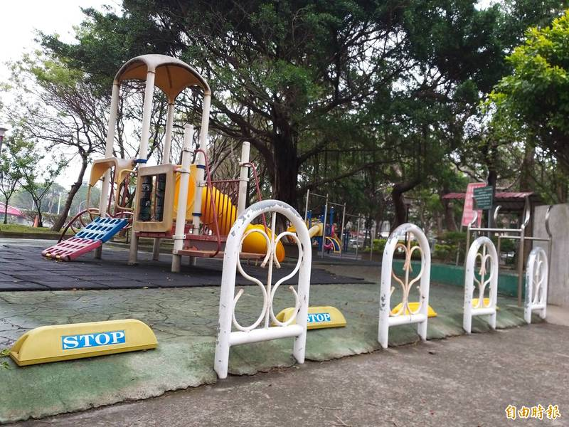 針對民眾反映路阻造成輪椅族等通行不便,竹北市長何淦銘表示,原則上將拆除不合時宜的路阻,同時也希望研議出兼具維護行人安全和防止車輛進入的對策。(記者廖雪茹攝)
