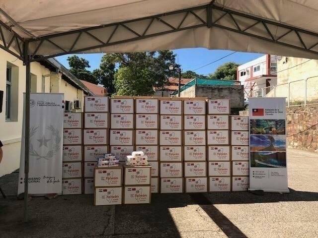 駐巴拉圭大使館在疫情爆發之初,於巴拉圭當地購買口罩援助巴國醫護人員。(取自駐巴拉圭大使館臉書專頁)