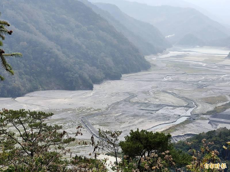嚴重乾旱加上淤積嚴重,仁愛鄉霧社水庫蓄水率降到10%以下,已成「土庫」。(記者佟振國攝)