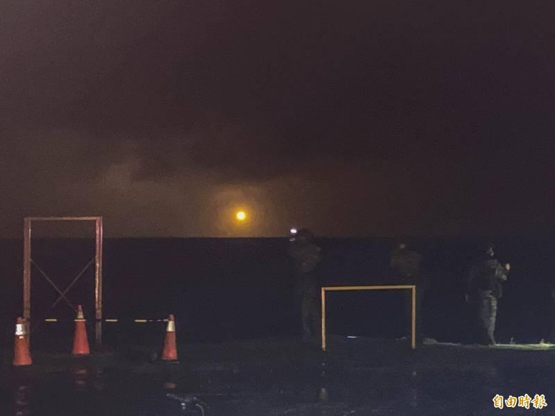 軍方夜間支援偵搜中隊,海域空投照明彈。(記者蔡宗憲攝)