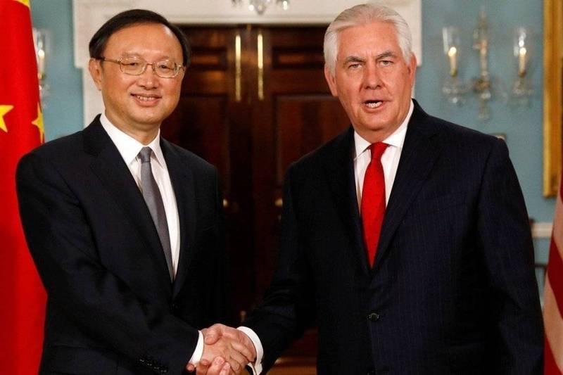 2018年2月,楊潔篪(左)前往華府拜會當時的美國國務卿提勒森。(美聯社資料照)
