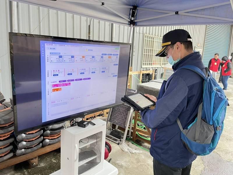 桃市消防局研發「救災現場人員管制系統」,4月起全面上線使用。(記者李容萍攝)