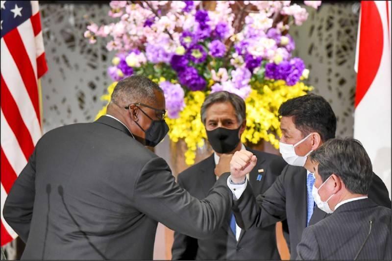 美國國防部長奧斯汀(左)和日本防衛大臣岸信夫,十六日參加美日防長會談,兩人以碰手肘取代握手打招呼。(美聯社)