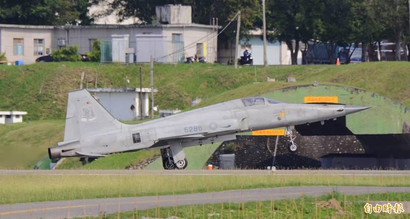 失蹤飛官潘穎諄駕駛的編號5286戰機。(資料照,記者游太郎攝)