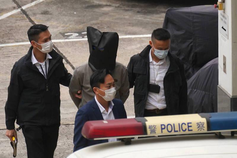 「12港人案」有8人今天遭遣返香港,再遭香港警方已別案扣留。1名港人移送過程遭港警以黑罩蒙住頭部。(路透)