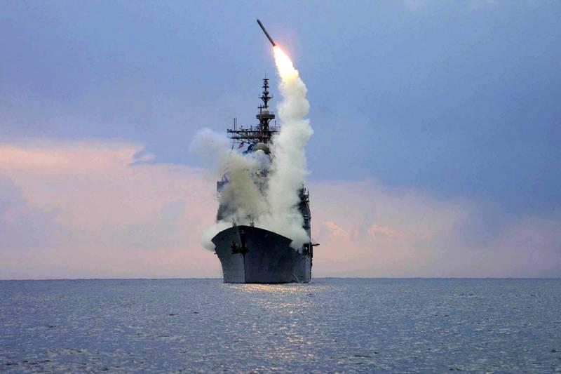 美國海軍提康德羅加級飛彈巡洋艦「聖喬治角號」(USS Cape St. George),2003年3月在地中海發射一枚陸攻型戰斧飛彈(TLAM)。(路透檔案照)