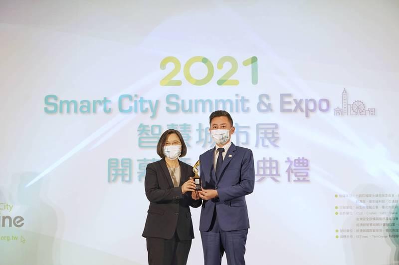竹市首創防救災模擬系統,市長林智堅獲蔡英文總統頒智慧城市創新應用獎。(市府提供)