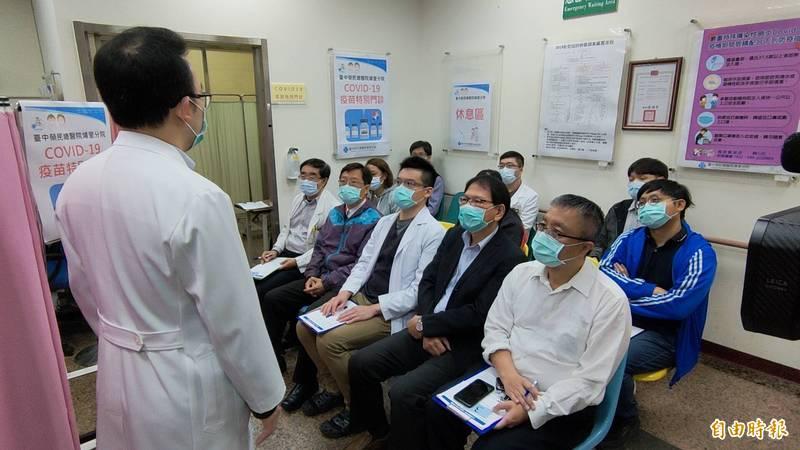 台中榮總埔里榮民醫院今天有10名醫護人員接種AN疫苗,施打前先由感染科醫師說明注意事項。(記者佟振國攝)