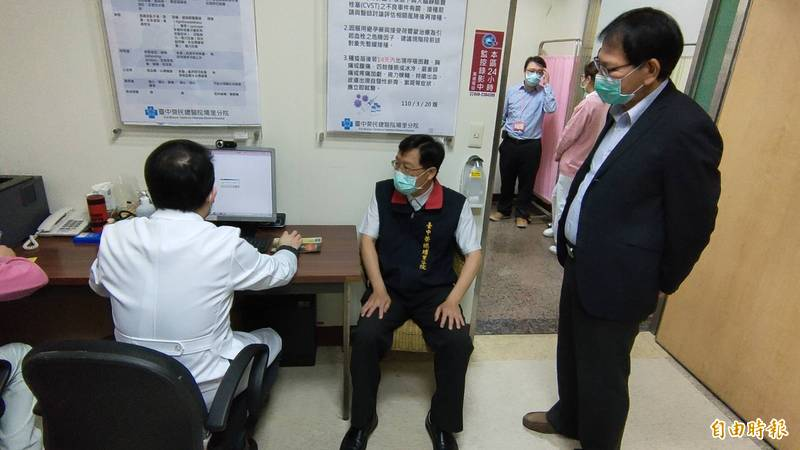縣府衛生局長黃昭郎(右)也至埔榮了解疫苗注射狀況。(記者佟振國攝)
