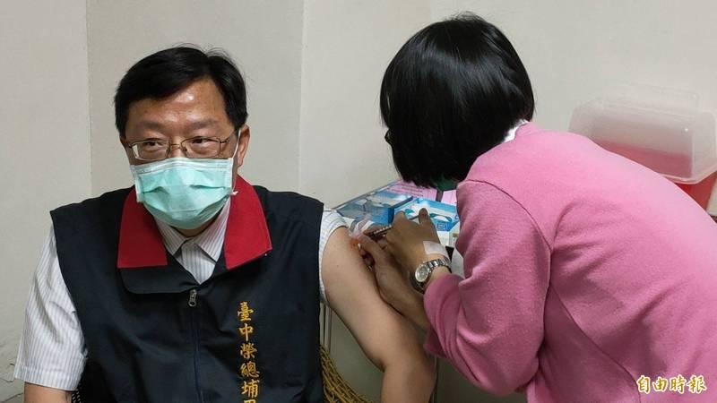 台中榮總埔里分院院長徐慰慈(左)帶頭打疫苗,也鼓勵同仁為保護自己、病患與家人,就要打疫苗。(記者佟振國攝)
