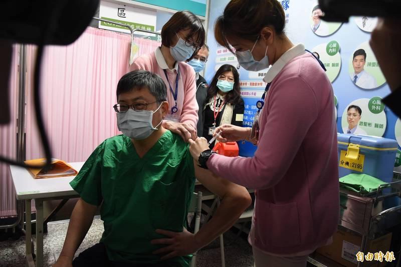 台大雲林分院院長黃瑞仁(左)率先施打AZ疫苗。(記者林國賢攝)
