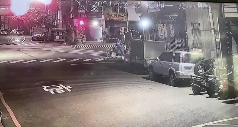 監視器影像發現吳姓男子涉破壞小廟壇內佛像、偷走香油錢。(圖:民眾提供)