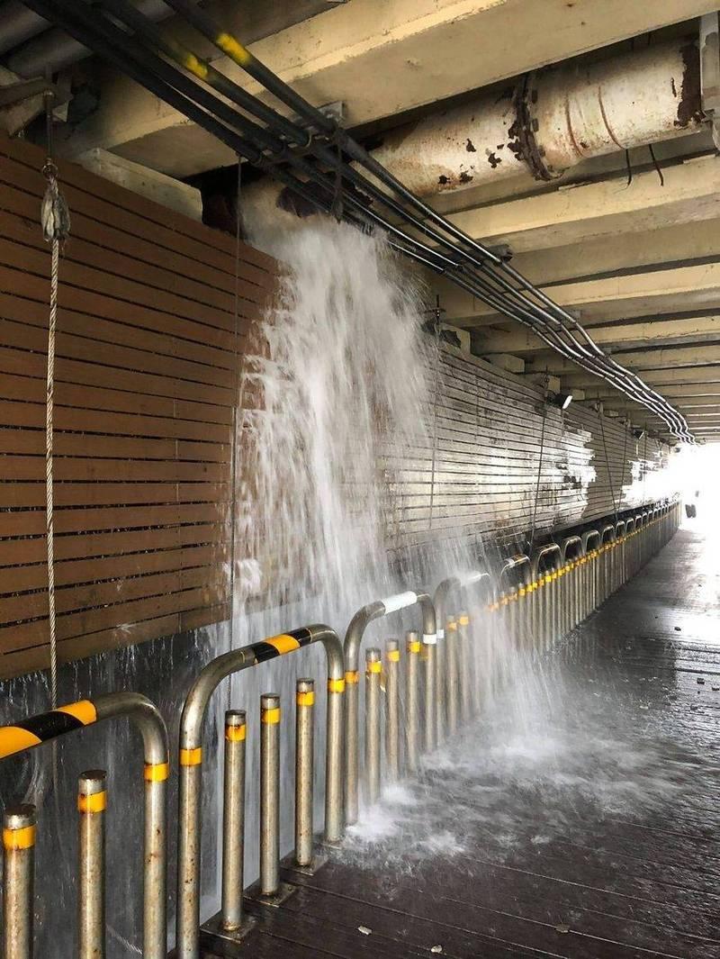 八里區台64線商港路臨港大道路口橋下自來水管破裂,導致八里部分區域減壓供水。(民眾提供)