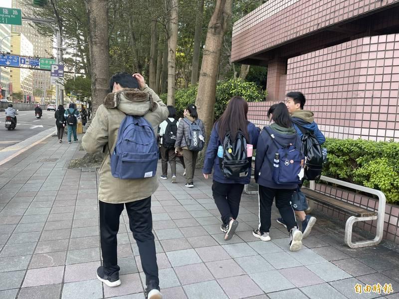 部份學校禁止學生自由添增保暖衣物,但現在不少學校已開放天氣冷可自由穿自己的服裝。(記者蔡亞樺攝)