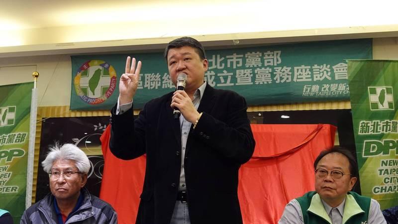 何博文批侯友宜不敢對核四表態,呼籲支持者對國民黨公投案投反對票。(民進黨市黨部提供)