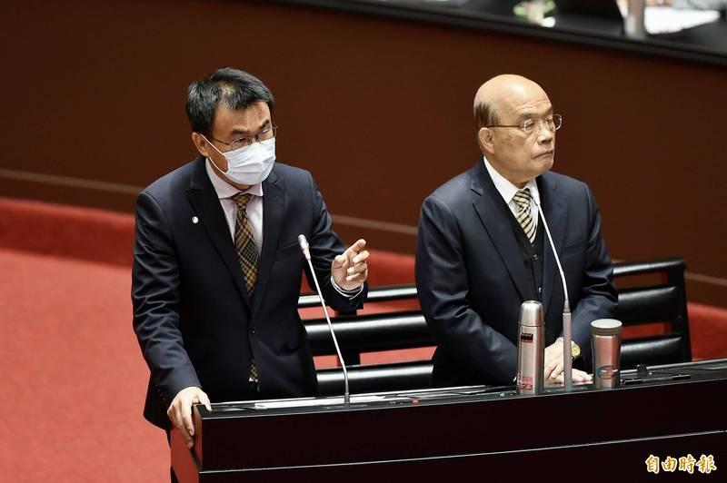 農委會主委陳吉仲(左)、行政院長蘇貞昌(右)今日出席立法院會備詢。(記者塗建榮攝)