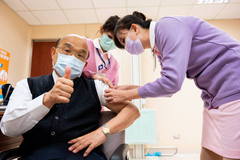 武漢肺炎AZ疫苗今日開打,22日一早行政院長蘇貞昌及衛福部長陳時中帶頭接種。圖為蘇揆接種疫苗時面對鏡頭比讚。(行政院提供)